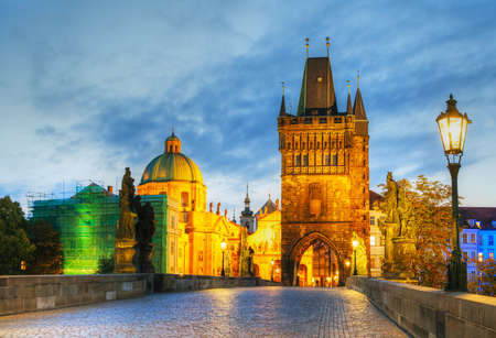 Charles bridge in Prague, Czech Republic early in the morning 新聞圖片