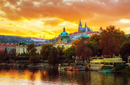 ?bersicht des alten Prag von der Karlsbr?cke Seite bei Sonnenuntergang Standard-Bild