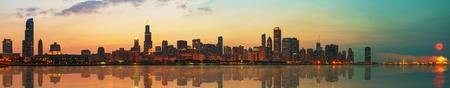 ダウンタウン シカゴ、イリノイ ミシガン湖から見た夕日