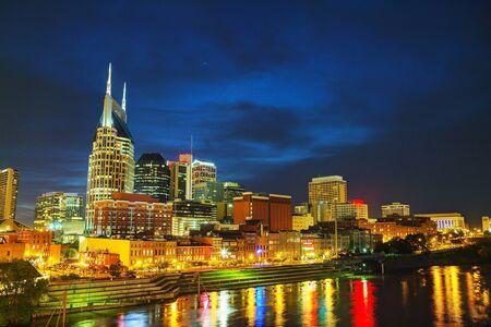 tennesse: El centro de Nashville, TN en la noche