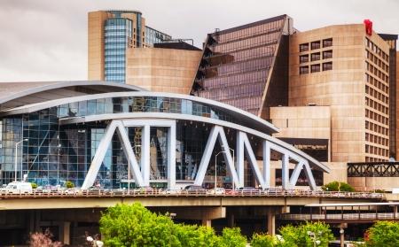 zastąpić: ATLANTA - 04 maja: Philips Arena w Atlancie CNN Center 04 maja, 2013 roku Philips Arena to hala wielofunkcyjna znajduje się w Atlancie w stanie Georgia. Został ukończony i otwarty w 1999 roku, aby zastąpić Omni.