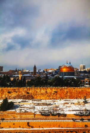 Overview of Old City in Jerusalem, Israel with The Golden Dome Mosque Imagens