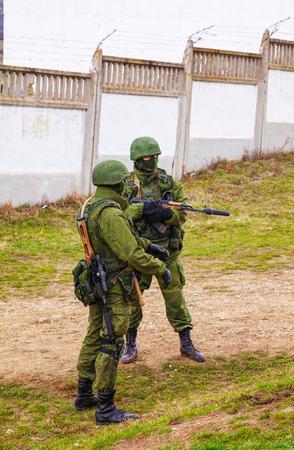 invade: PEREVALNE, UKRAINE - MARCH 5  Russian soldiers on March 5, 2014 in Perevalne, Crimea, Ukraine  On February 28, 2014 Russian military forces invaded Crimea peninsula