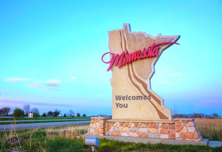bienvenidos: Minnesota da la bienvenida a usted se inscribe en la frontera del estado Foto de archivo