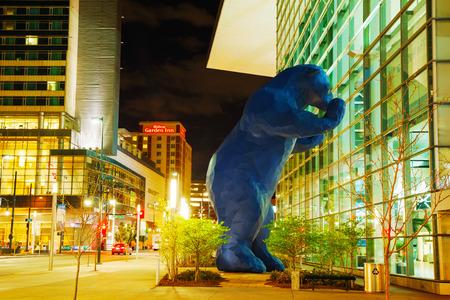 anochecer: DENVER - May 1, 2014: Colorado Convention Center en la noche el 1 de mayo de 2014 en Denver, Colorado. Situado en el centro de Denver, el centro se ha convertido en uno de los muchos monumentos históricos de Denver.