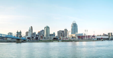Cincinnati downtown panoramic overview in the evening Standard-Bild