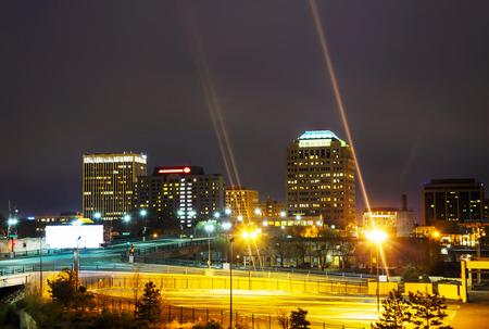 밤 시간에 콜로라도 스프링스 시내의 야경