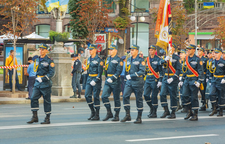KYIV, UKRAINE - AUGUST 24: Squad of the rescuers and firefighters of the Ukrainian Internal Troops at the military parade dedicated to the Independence Day of Ukraine on August 24, 2014 in Kyiv, Ukraine.  新聞圖片