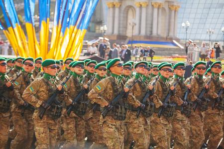 boinas: Kiev, Ucrania - 24 de agosto: soldados de Guardia de Fronteras del Ej�rcito de Ucrania en el desfile militar dedicado al D�a de la Independencia de Ucrania el 24 de agosto de 2014 en Kiev, Ucrania. Estos chicos toman parte en la operaci�n anti-terroristas en Donbass. Editorial