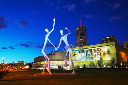 Permanent: DENVER - 1 mei 2014: De Dansers publieke sculptuur 's nachts op 1 mei 2014 in Denver, Colorado. De Dansers werd in de voorkant van de Denver Performing Arts Complex permanent geïnstalleerd op 12 juni 2003.