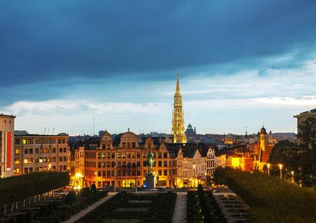 Aperçu de Bruxelles, en Belgique dans la soirée Banque d'images - 33492712