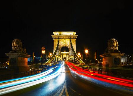 szechenyi: Szechenyi Puente de las Cadenas en Budapest, Hungr�a en la noche Foto de archivo