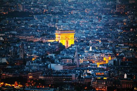 밤에 파리 아크 드 Tmphe 드 난 에투 (한 아치)의 공중보기