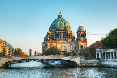 dom: Berliner Dom cath�drale t�t dans la soir�e Banque d'images