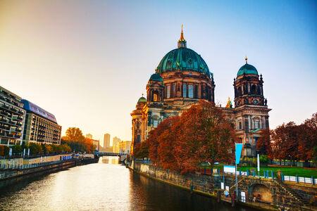 dom: Cath�drale de Berlin � Berlin, en Allemagne au lever du soleil Banque d'images