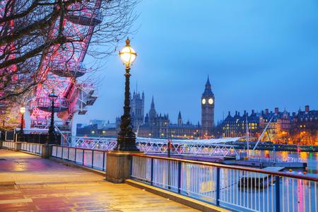 Vue d'ensemble de Londres, au Royaume-Uni avec la tour de l'horloge tôt le matin Banque d'images - 39898707