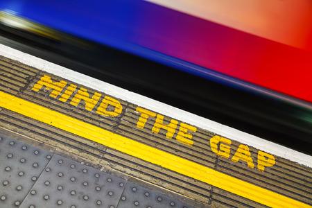 유명한 마인드 갭 기호 런던에서 지 하 역에서 스톡 콘텐츠