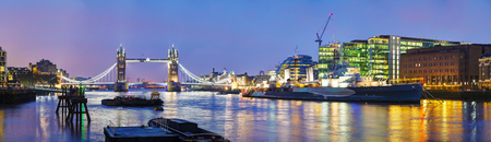 Panorama de Tower Bridge à Londres, Grande-Bretagne pendant la nuit Banque d'images - 39991779