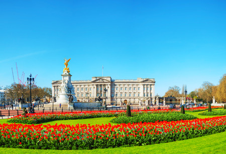 Buckingham palace panoramic overview in London, United Kingdom on a sunny day Редакционное