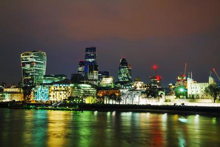 夜のロンドンの街の金融地区