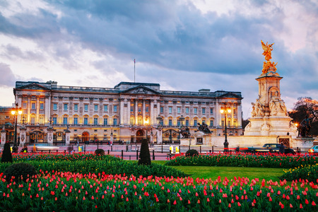 LONDON - APRIL 12: Buckingham palace at sunset on April 12, 2015 in London, UK. It's the London residence and principal workplace of the monarchy of the United Kingdom. Éditoriale