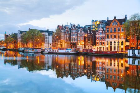 Noční pohled město Amsterdam, Nizozemí s řekou Amstel Reklamní fotografie