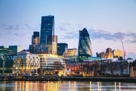 朝ロンドンのシティーの金融街 写真素材