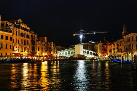 rialto bridge: Rialto bridge (Ponte di Rialto) in Venice, Italy at night