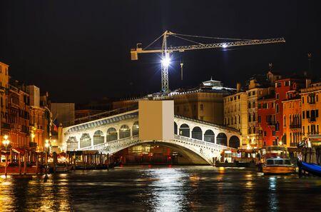 rialto: Rialto bridge (Ponte di Rialto) in Venice, Italy at night