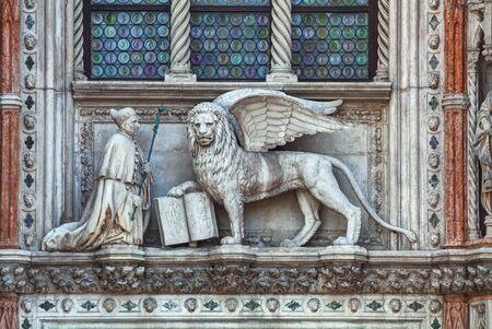 leon alado: león alado en la fachada de la torre del campanario en la Plaza de San Marcos en Venecia, Italia