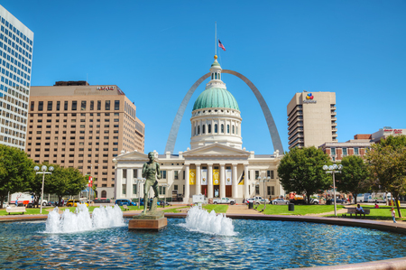st louis: ST LOUIS, MO, USA - AUGUST 25: Downtown St Louis, MO with the Old Courthouse on August 25, 2015 in St Louis, MO, USA.