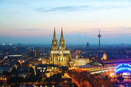 dom: Cologne, Allemagne aperçu aérienne après le coucher du soleil Éditoriale