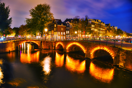 Amsterdam city view with canals and bridges at night Foto de archivo