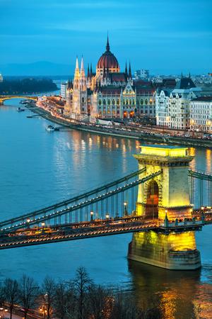 Overzicht van Boedapest met de Szechenyi-kettingbrug bij zonsondergang Stockfoto