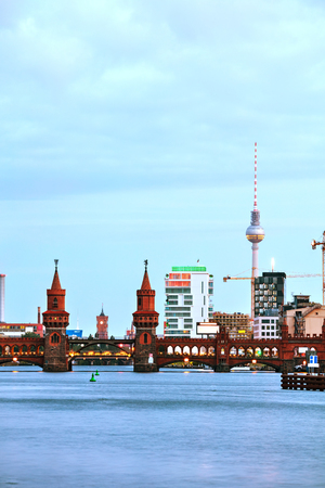 Berlin cityscape with Oberbaum bridge in the evening Imagens