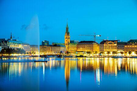 Paysage urbain de Hambourg, en Allemagne, la nuit Banque d'images