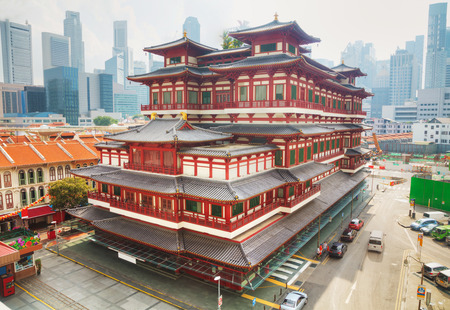 Buddha Tooth Relic temple in Singapore on a sunny day Banco de Imagens