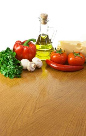 Mesa vacía con los ingredientes y el espacio para su ensalada o pizza