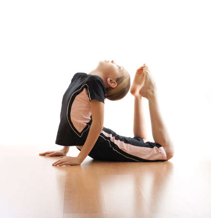 acrobacia: Chica haciendo de rana en piso en bodysuit