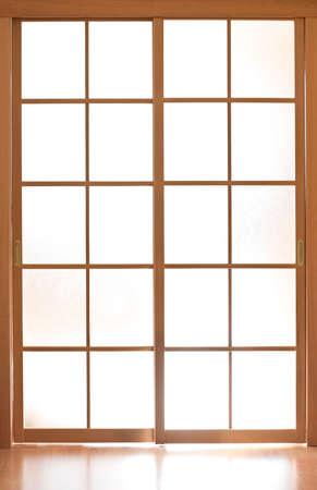 cerrar la puerta: Deslizamiento de puerta de cristal en el estilo de Jap�n  Foto de archivo
