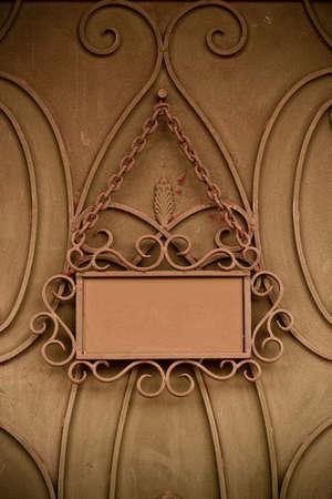 ironmongery: Placa oxidado en la puerta de metal con espacio para el texto  Foto de archivo