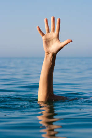 ahogarse: sola mano de hombre en mar pidiendo ayuda de ahogamiento