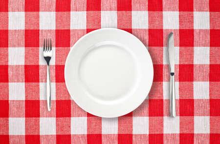 manteles: plato blanco sobre rojo mantel facturado