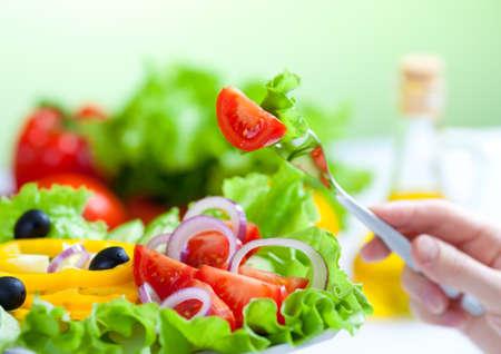 dieta saludable: horquilla y ensalada fresca de alimentos saludables
