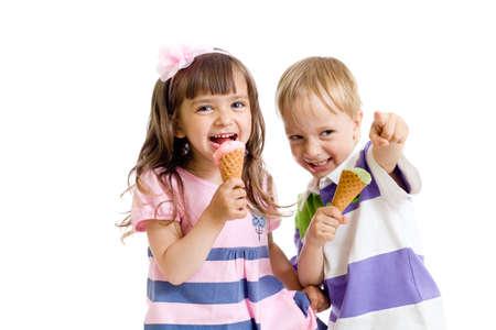 ni�as gemelas: feliz ni�os gemelos chica y chico con helado en estudio aislado Foto de archivo