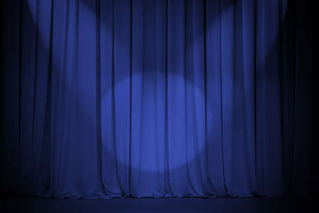 premios: cortina de teatro azul con dos luces de cruce