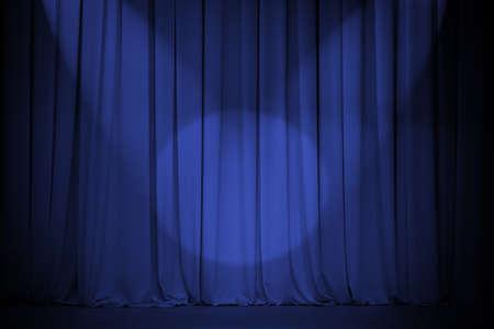 premi: sipario del Teatro blu con due luci Croce