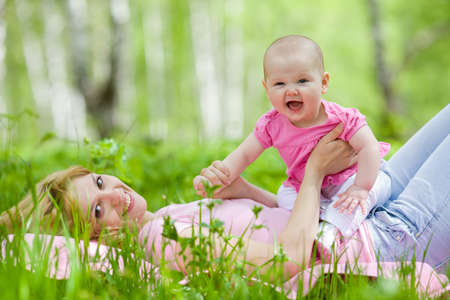hija: Madre e hija en el Parque de primavera de abedul.