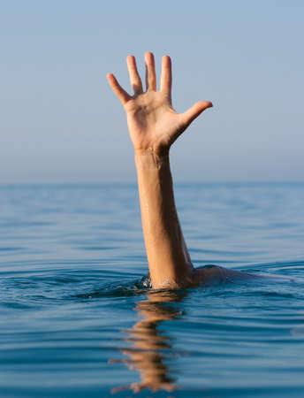 Angst: Single-Hand des Ertrinkens Mann im Meer um Hilfe bitten