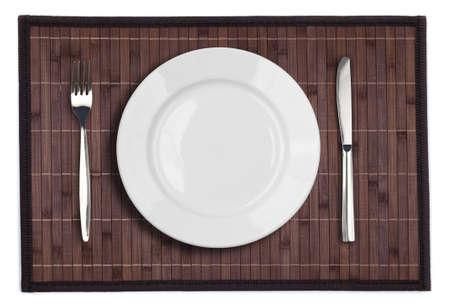 placemat: Tovaglietta di bamb� con una forchetta e coltello piatto isolato su bianco Archivio Fotografico